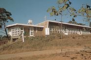 1953年当時の校舎<br /> (現在の駐車場辺りから望む)